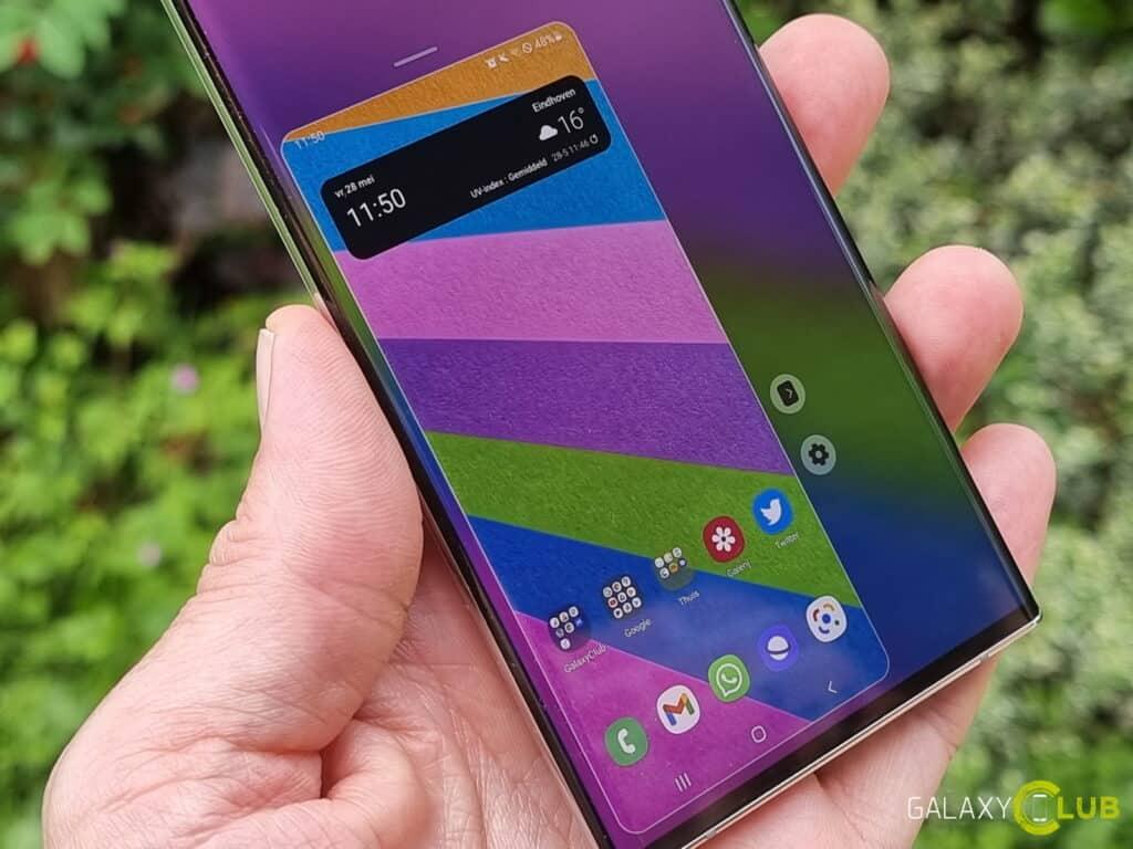 Samsung Galaxy phone met a hand heard